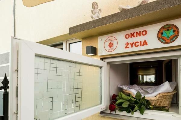 Kolejne dziecko pozostawione w oknie życia w Bydgoszczy. Chłopiec miał przy sobie karteczkę