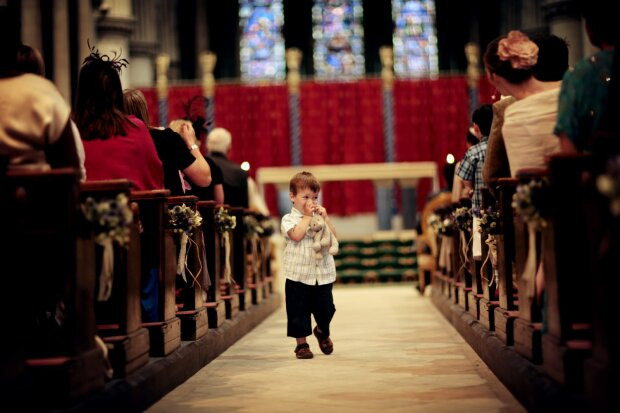 Jak wytrzymać z niesfornym dzieckiem podczas Mszy Świętej? Jak się okazuje, sposobów jest mnóstwo