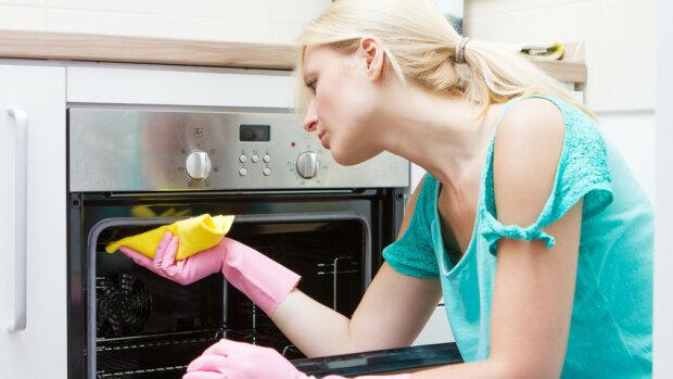 Zapomnij o wielogodzinnym szorowaniu piekarnika. Wykorzystaj ten sposób i zaoszczędź swój czas