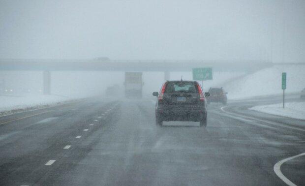 Na polskich drogach zapanowały bardzo trudne warunki. Pogoda nie sprzyja podróżom, warto ściągnąć nogę z gazu