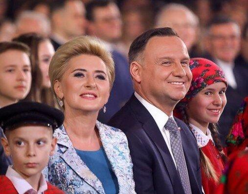 Para prezydencka złożyła Polakom życzenia świąteczne. Pierwsza Dama w wieczór wigilijny wyglądała obłędnie