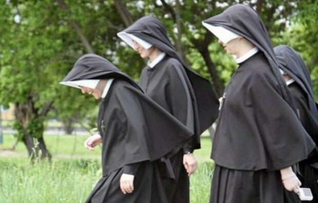 Zarobki zakonnic w Polsce wyszły na jaw. Na ile mogą liczyć siostry zakonne? Porównanie do dochodów księży jest powalające. Sumy iście porażają