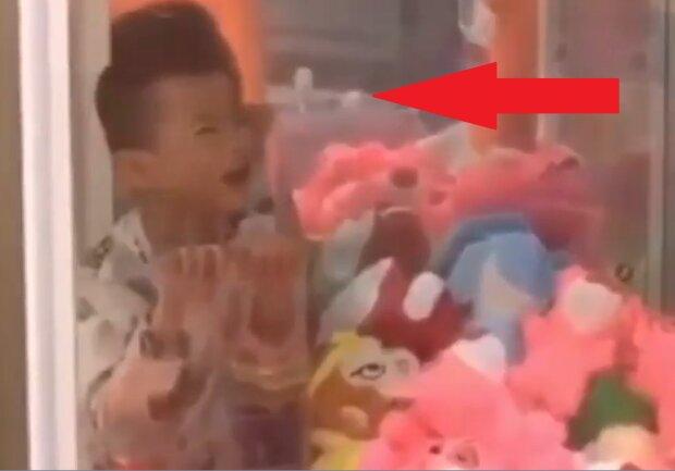 Chciał dostać zabawkę z automatu. Zrobił jednak coś, co zmusiło do interwencji strażaków