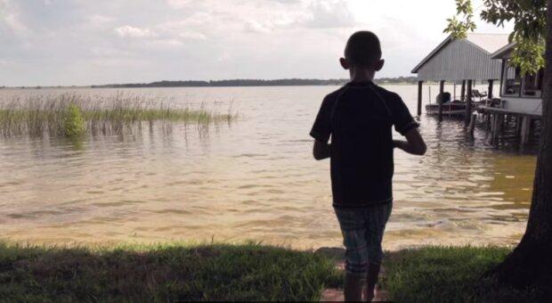 Chłopiec, jezioro/YouTube @ usfhealth
