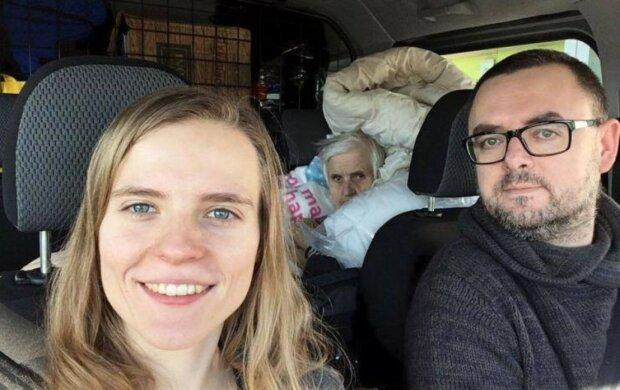 Młoda para postanowiła zająć się schorowaną babcią. Mimo że mieli swoje problemy, to nie mogli zostawić jej samej
