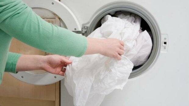 """Dlaczego poszwa na kołdrę """"zjada"""" pościel podczas prania w pralce i jak rozwiązać ten problem"""