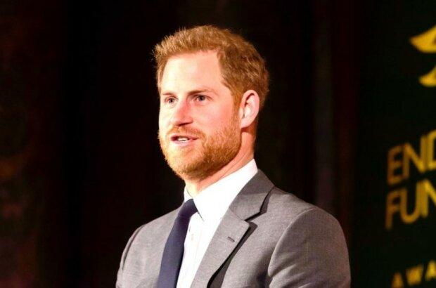 """Brytyjskie media oburzone zachowaniem księcia Harry'ego podczas pierwszego publicznego wystąpienia po """"Megxicie"""". Posądzają go o arogancję"""
