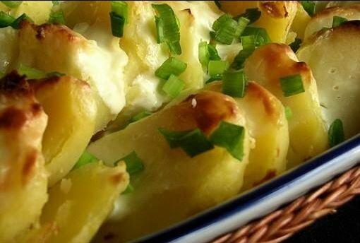 Zapiekane ziemniaki z kefirem były niegdyś w każdym domu. Dziś wracają w nowej, lepszej wersji