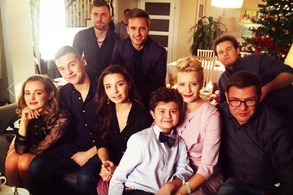 """Czy jeden z najbardziej popularnych aktorów ,,Rodzinki.pl"""" zniknie z serialu? Fanom nie spodobają się te doniesienia"""
