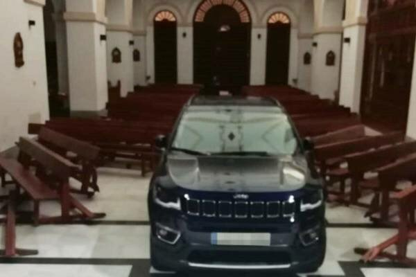 Ten mężczyzna wjechał do kościoła samochodem i staranował wszystko. Niewiarygodne wytłumaczenie