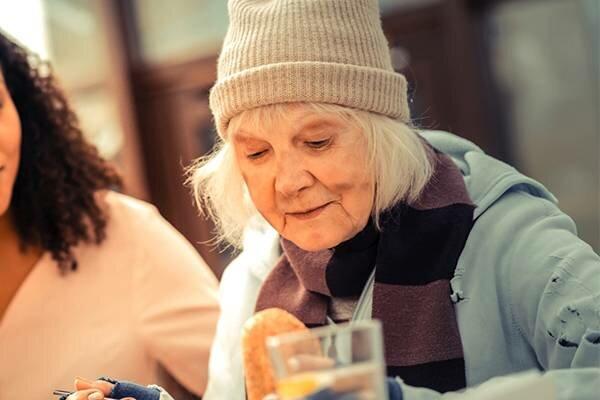 Ta starsza kobieta poprosiła sprzedawcę o szklankę gorącej wody. Reakcja mężczyzny jest niesamowita