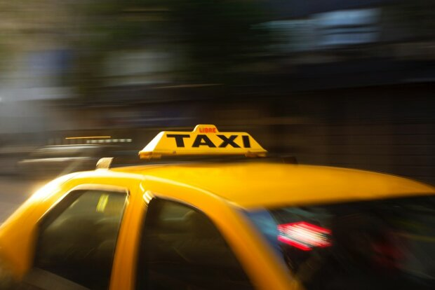 300 złotych za kilometr jazdy? Taksówkarze w polskim mieście mają sposób, aby wyłudzić takie kwoty od klientów