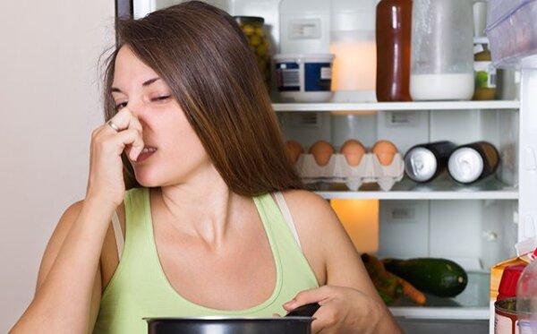 Nie możesz sobie poradzić z brzydkim zapachem z lodówki? Sposób na jego zażegnanie prawdopodobnie masz pod ręką