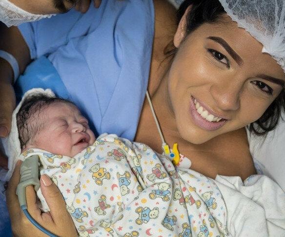 Ta dziewczynka pokazała, że trzeba się z nią liczyć od chwili porodu. Spojrzenie, które uchwycił fotograf mrozi krew w żyłach