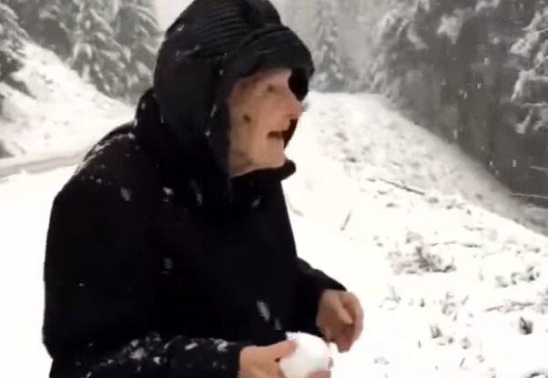 Reakcja tej 101-letniej kobiety na śnieg jest niesamowita! Filmik wzrusza i bawi do łez