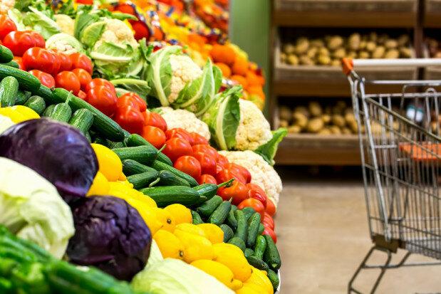 Kupujesz owoce i warzywa w supermarkecie? Lista najbardziej zanieczyszczonych produktów może Cię odsunąć od tego pomysłu