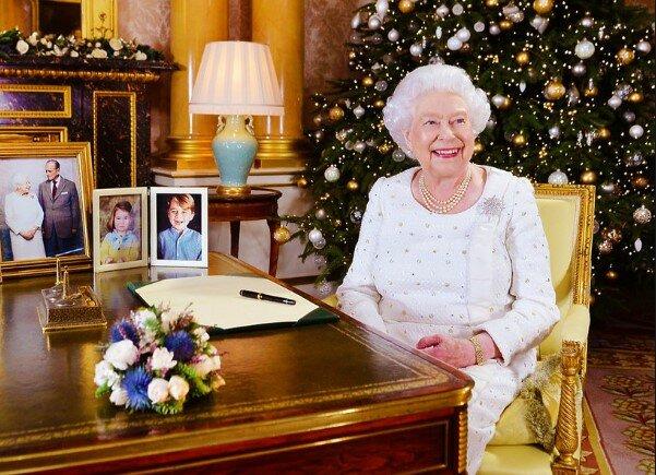 Rodzina królewska zaczyna przygotowania do świąt. Ogromna choinka wygląda jak z bajki
