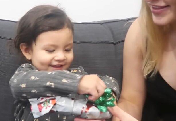 Rodzice 2-latki postanowili sobie z niej zażartować. Reakcja dziewczynki rozbraja