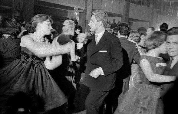 Tak w Sylwestra bawiono się w czasach PRL. Młodzi ludzie chwycą się za głowy, jak ich rodzice organizowali zabawy w ostatni dzień roku