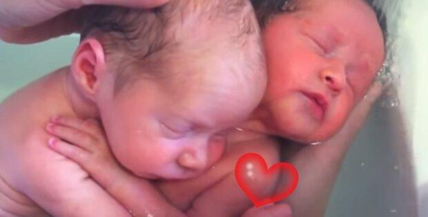 Nowonarodzone bliźniaki nie chcą przestać się tulić. Nagranie podbija sieć